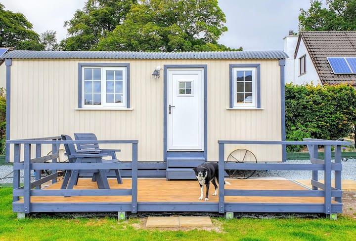 Woodend Shepherd Hut/ private enclosed garden/ bbq