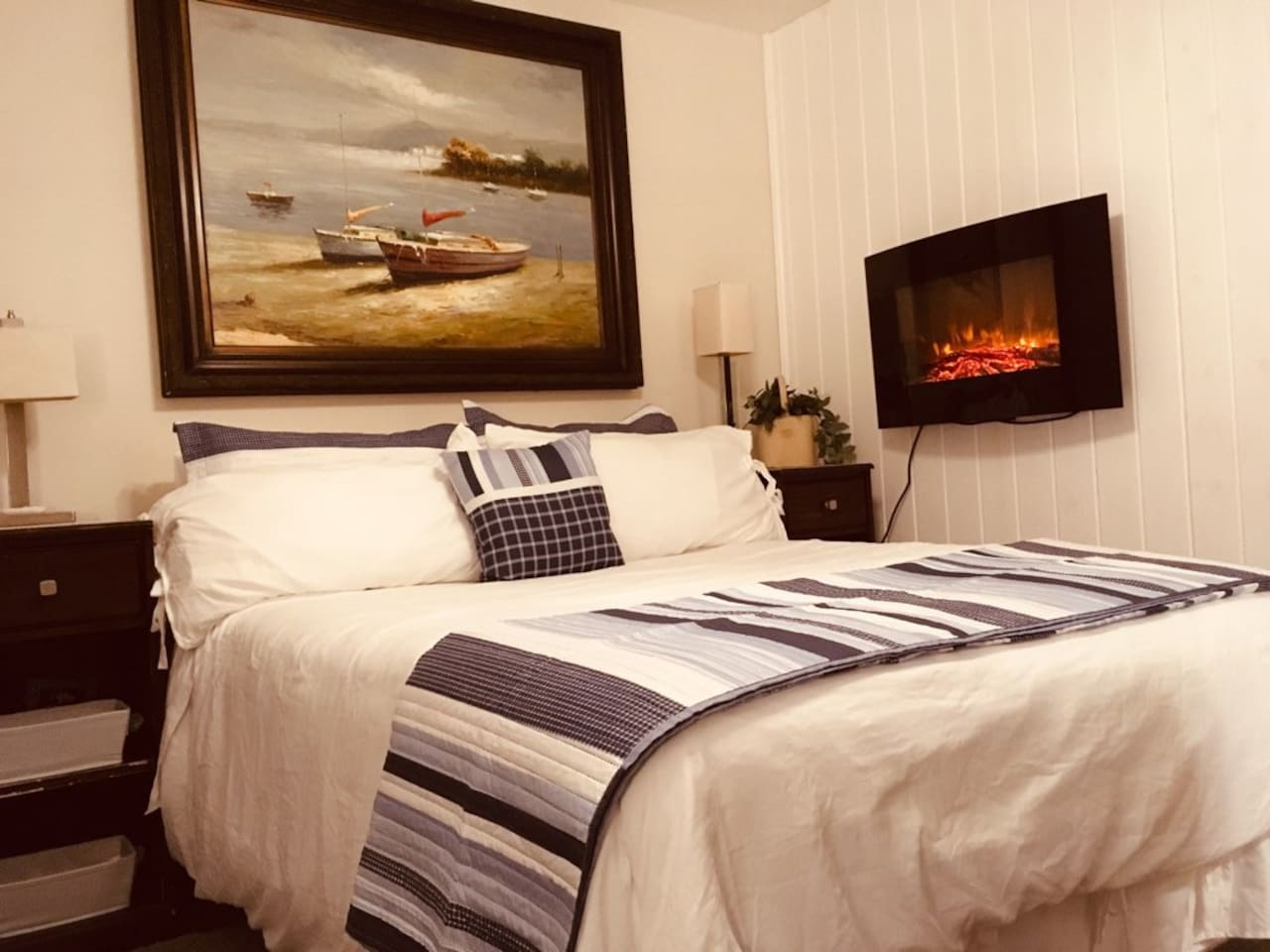 COTTAGE SUITE PRIVATE ENTRANCE & WALKWAY TO ONE ROOM STUDIO & WITH SM PRIVATE BATH LOCATED IN OLD NORTHWOOD HILLS NEIGHBORHOOD  driving distance to PORT OF PALM BEACH 4 MILES SINGER ISLAND BEACHES, & DOWNTOWN CLEMATIS & CITY PLACE& CONVENTION CENTER