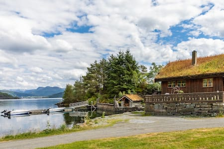 Idylliske 8 manns hytter ved Etnesfjorden.Fjordvik