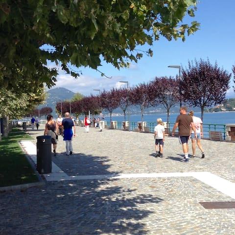 Il bellissimo lungo lago di Arona per fantastiche passeggiate con una vista fantastica.