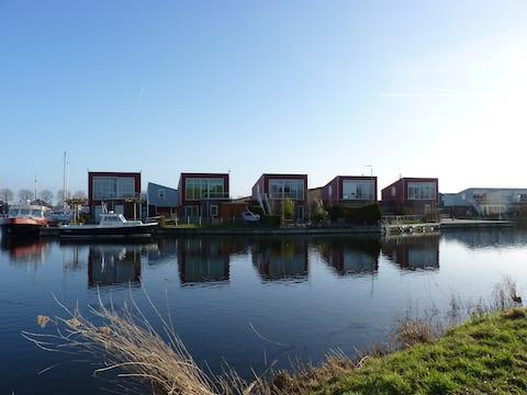 Vrijstaand vakantiehuis aan het water.