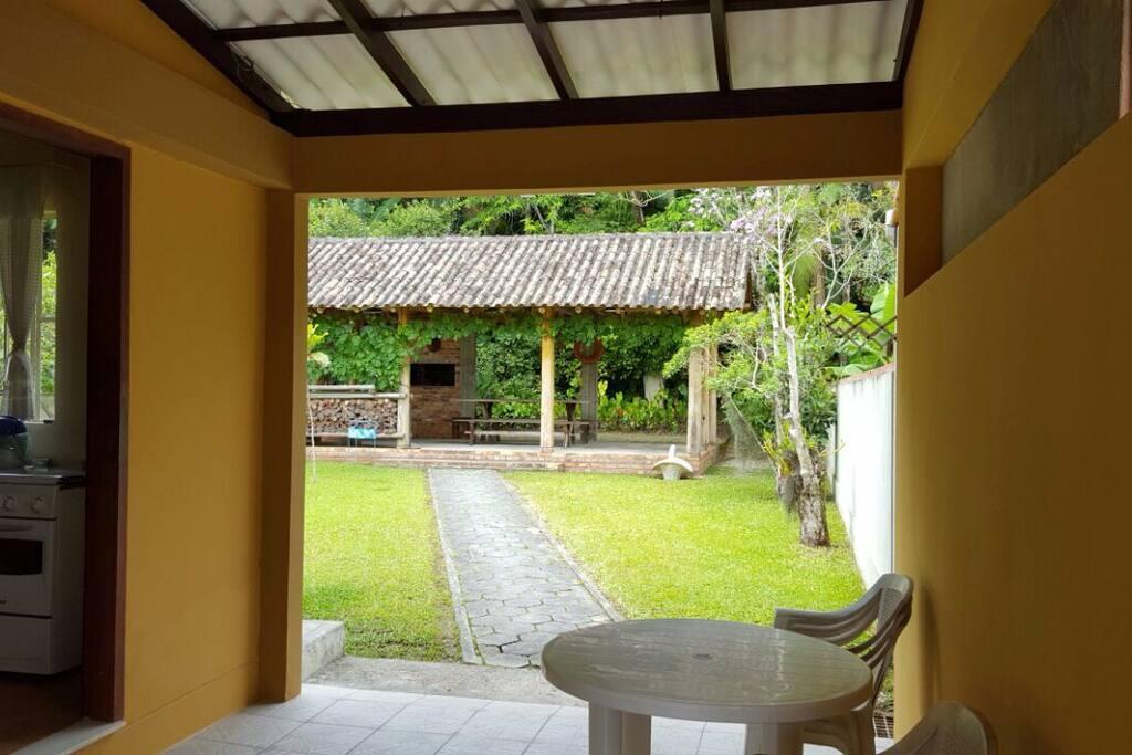 Casa com amplo quintal e garagem p/ até 5 carros