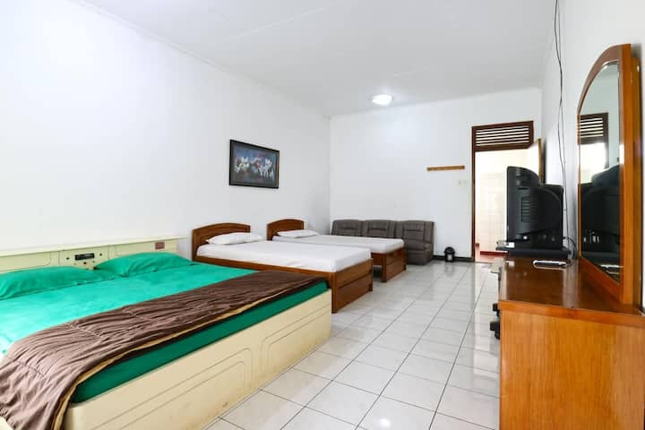 Cozy Triple Bed Family Room at Vanda Villa