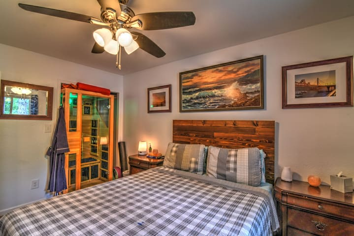 Perfect Room w/ Hot Tub & Sauna in Art District!