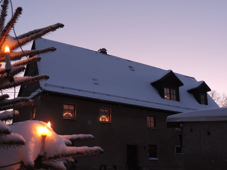 Wohnhaus im Advent mit Schwibbögen