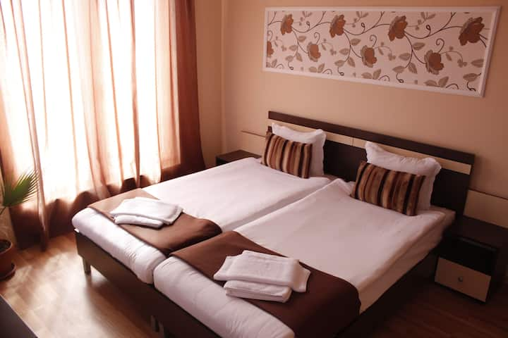 Private double room, 1km from the beach