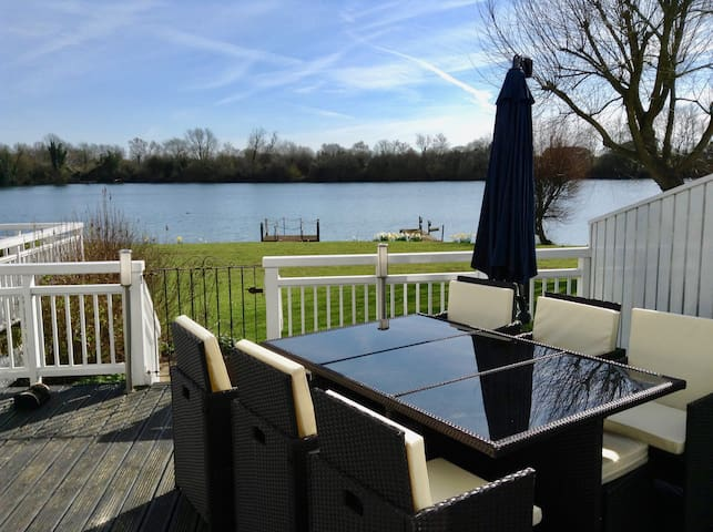 Modern lakeside lodge in the Cotswold Water Parks