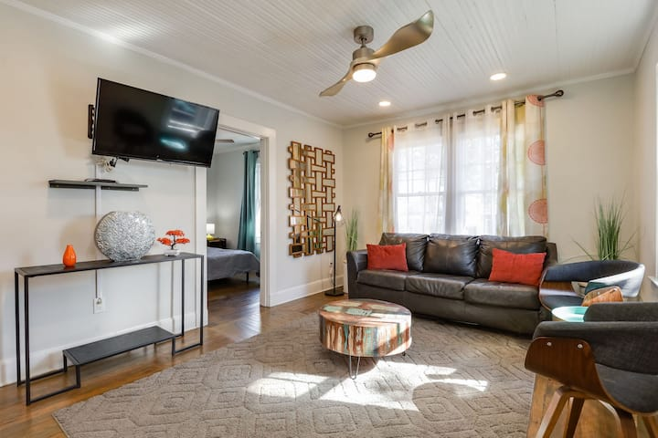 Downtown Farmhouse Apt Retreat  2br/1bth sleeps 4
