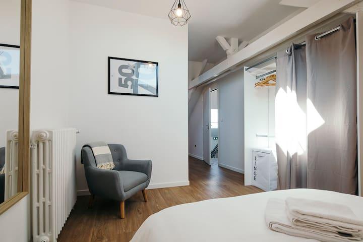 Grande chambre cosy avec fauteuil