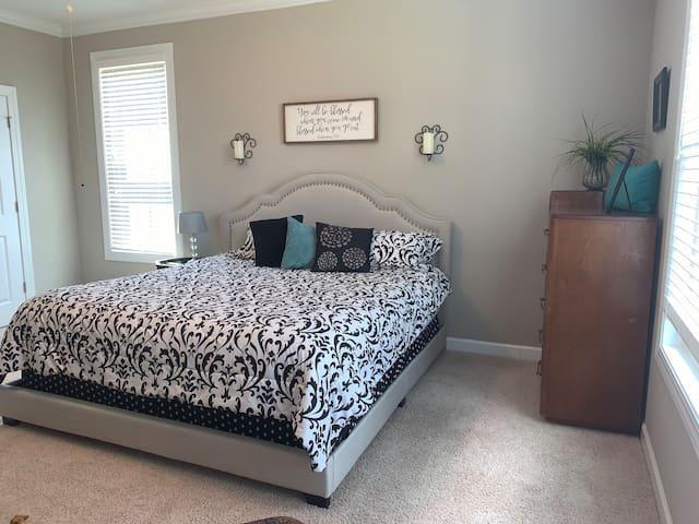 Comfy King, spacious room!
