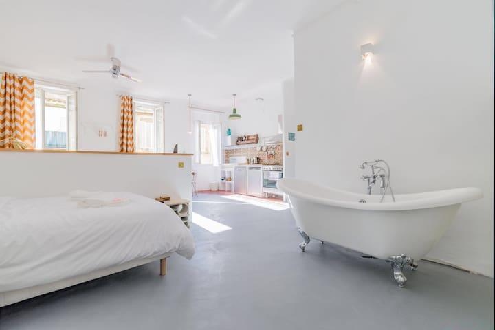 Hidden Jewel  - Loft & Bathub by Fati & Céline