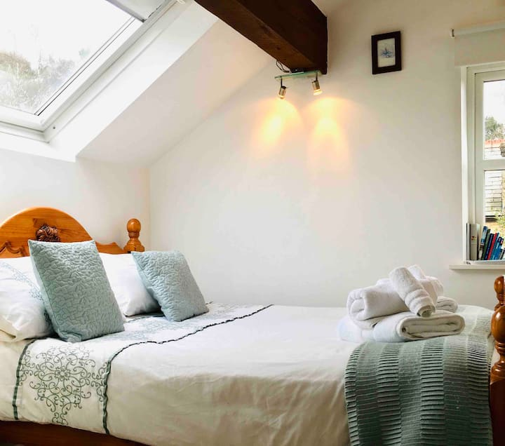 Calm, quiet double bedroom with en-suite bathroom.