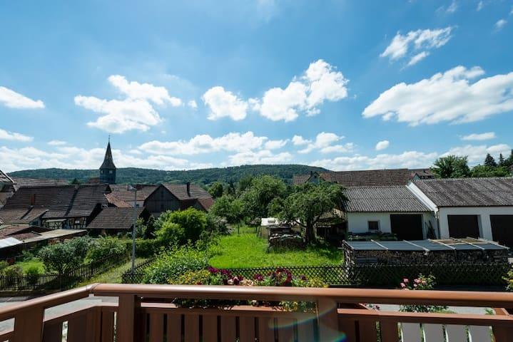 Der alte Ortskern mit Kirchturm von Steinenberg und dem Burgenwald im Hintergrund