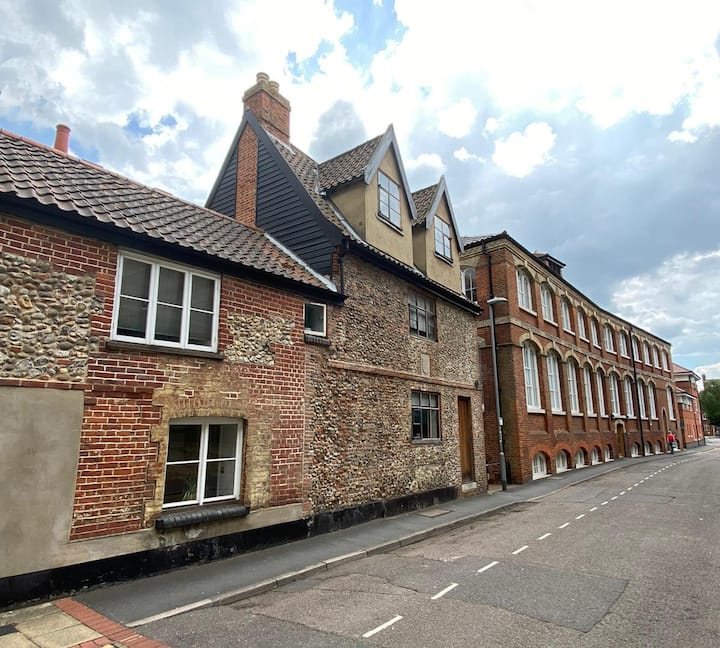 Spacious 1 bedroom Grade II Listed Cottage in Norwich City Centre