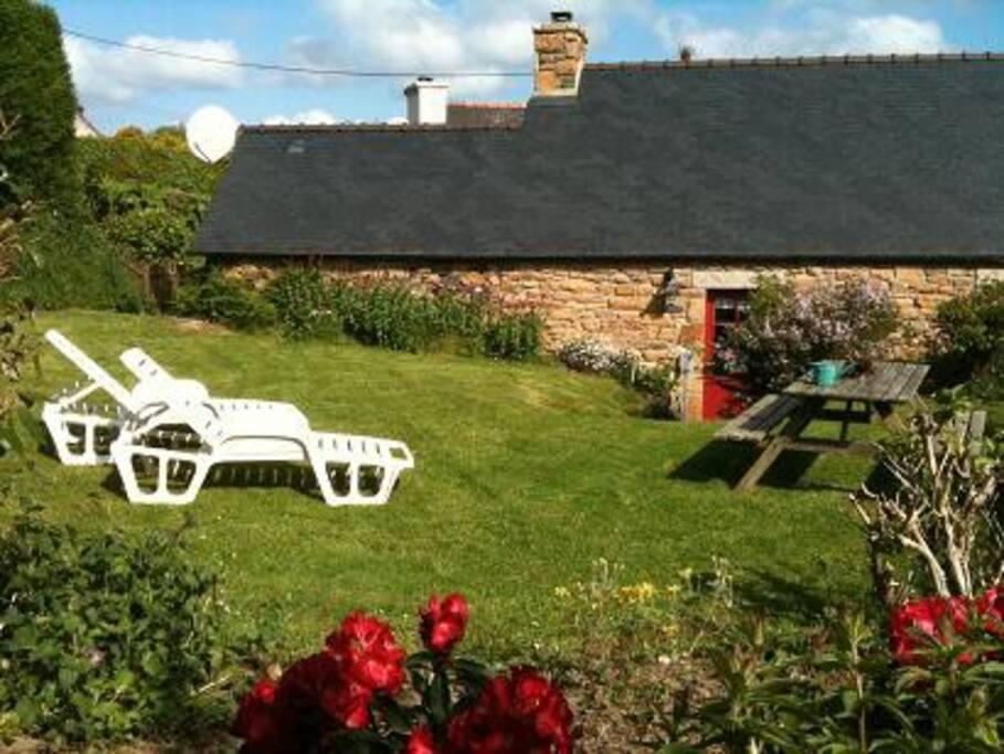 le jardin avec bbq ,table en bois