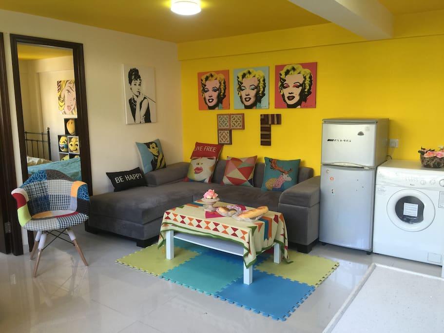 屋内布置了电视,洗衣机,冰箱,沙发,座椅。wifi。空调应有尽有。