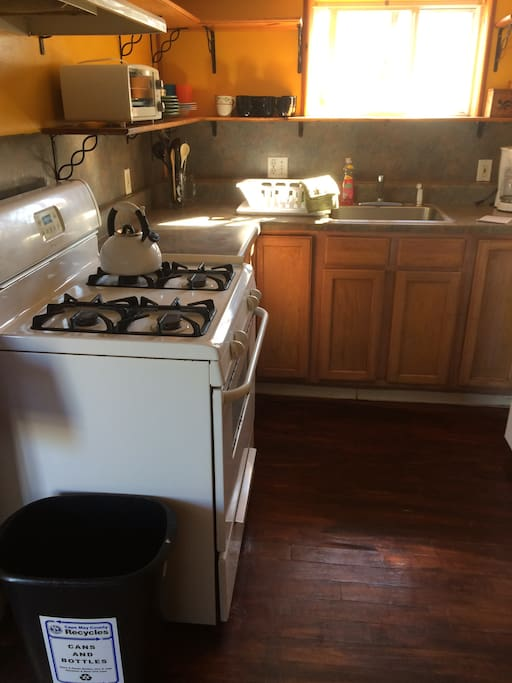 Kitchen with full sizer gas oven