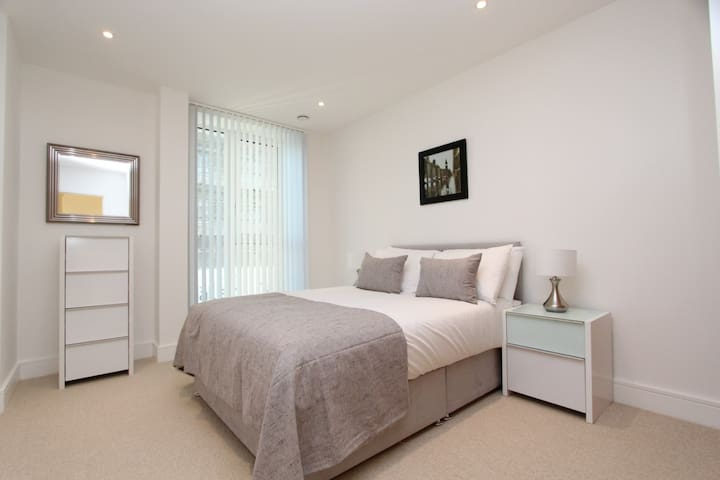 Amazing 2 double bed modern flat with nice views