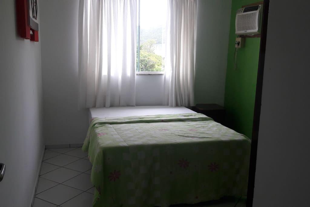 quarto com cama de casal e cama de solteiro