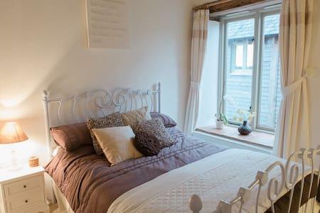 The Old Millhouse, Chocolate Room - Fulford Barnyard - Bed & Breakfast