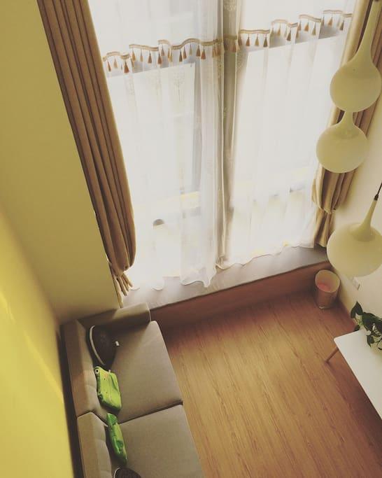 有种小楼卧听风吹雨的感觉,那么花在那里,在飘窗给你一片三生三世