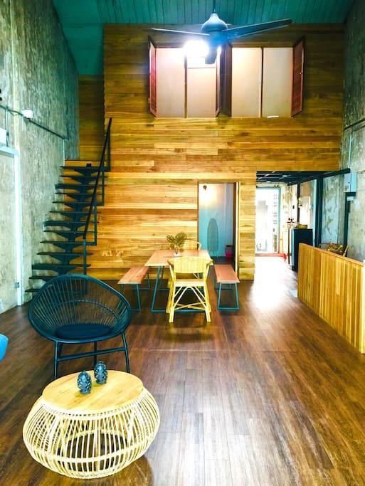 Upper & Lower Room  分段式的睡房设计,楼上阁楼房里4张单人床,楼下2张双人床。