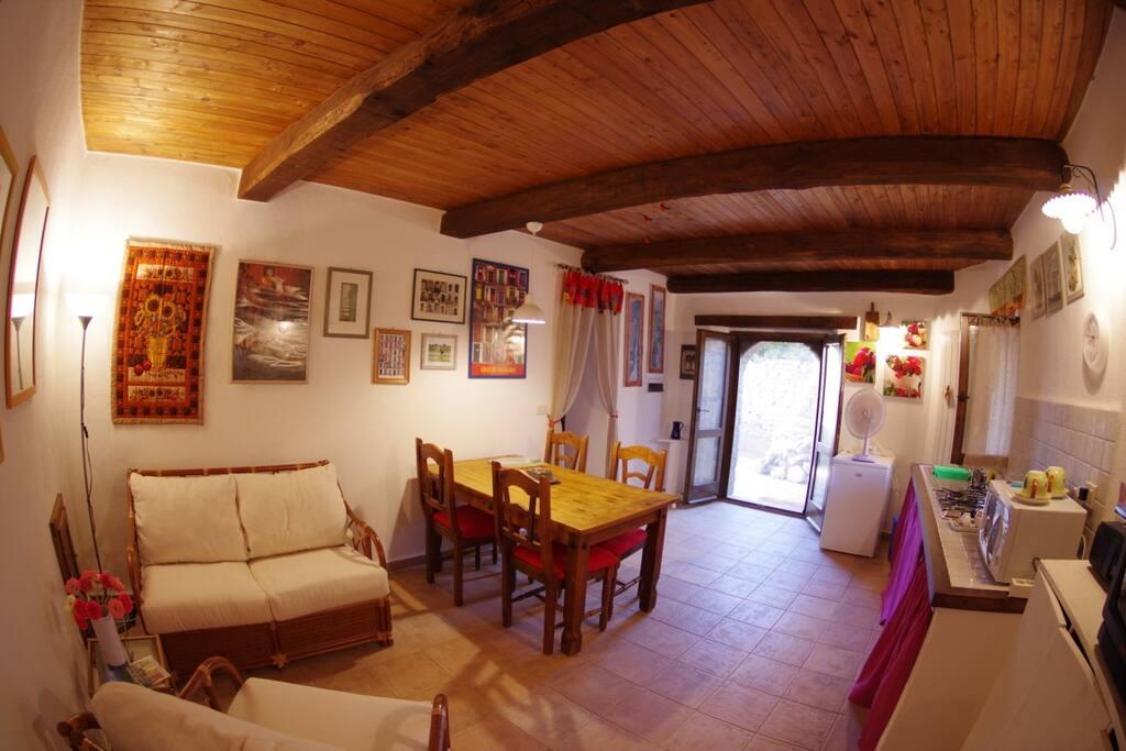 Il soggiorno con angolo cottura - The living room with kitchenette