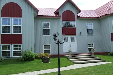 The red tin roof house, unique by design! - Kemptville