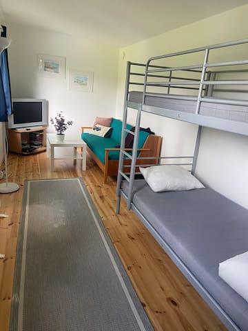 Gästhus med 4 sovplatser, våningssäng och bäddsoffa