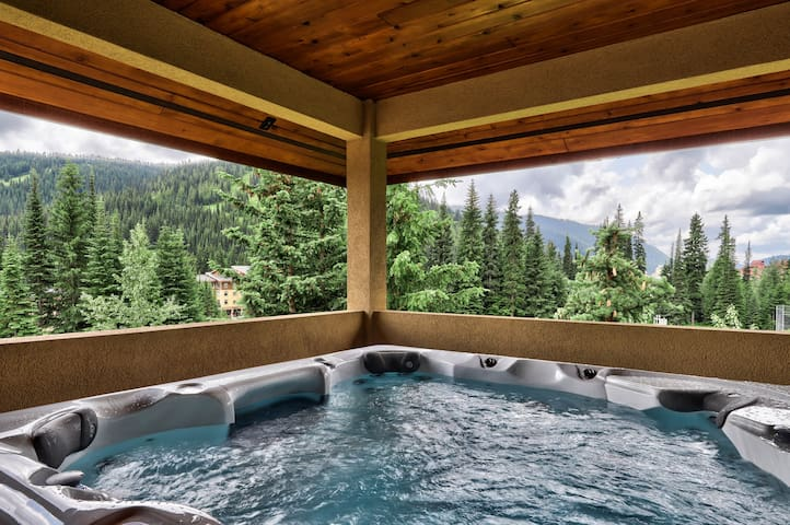 ★Ski In/Out, New Hot Tub w/ Spectacular Views♥