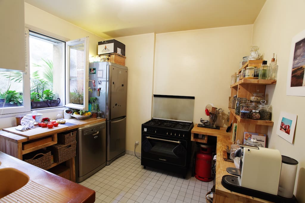 the kitchen is available to prepare a take away snack BUT NO COOKING, A shelf in fridge could be reserved if needed.