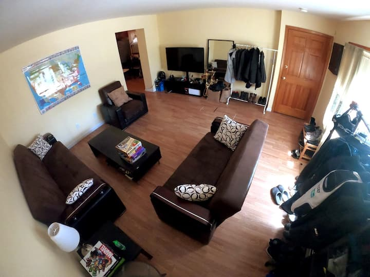 Amazing townhouse with a gym, parking and backyard