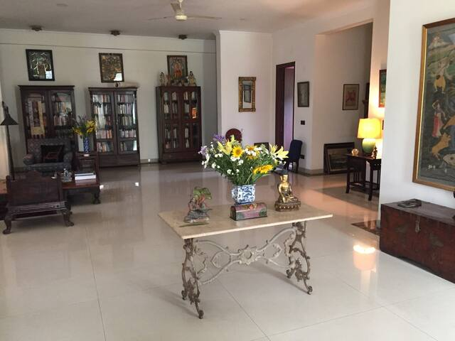 Bed and Bath in Arty South Delhi Farmhouse - Satbari, Chattarpur, New Delhi - 獨棟