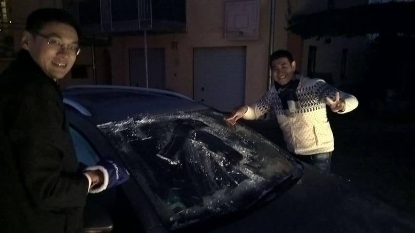 Freunde aus Singapur freuen sich übers Eis-Kratzen