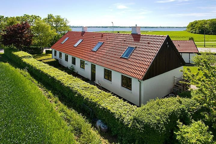Own room, view of the Fjord, own bath, kitchenette - Roskilde - Villa