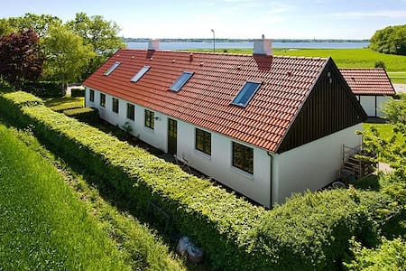 Own room, view of the Fjord, own bath, kitchenette - Roskilde