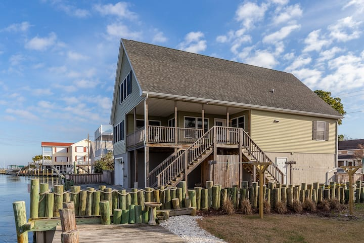 Porthole is a stunning 3 Bedroom/1.5 Bath Waterfront Vacation Home on Chincoteague Island!
