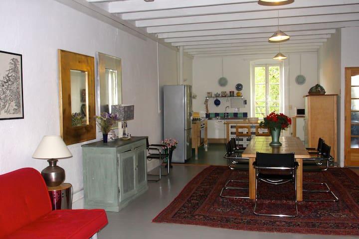 En prolongement, l'espace repas et la cuisine pour ne pas isoler la(e) cuisinière