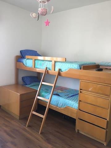 Amplio dormitorio con cucheta  y con juegos para todas las edades.