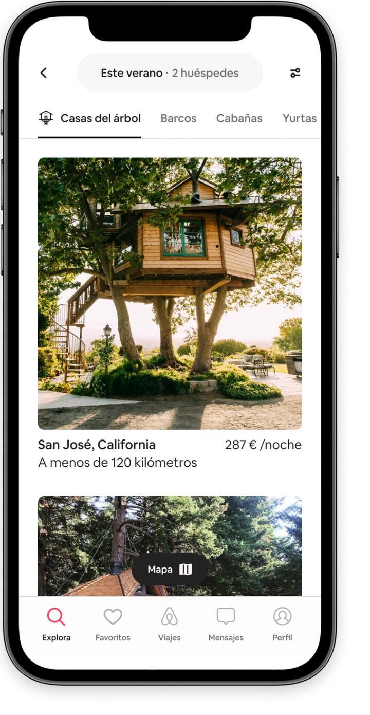 Busca anuncios de casas del árbol en la aplicación de Airbnb.