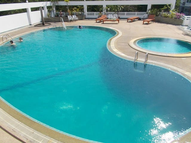 well maintained pool, up to 2,5m deep