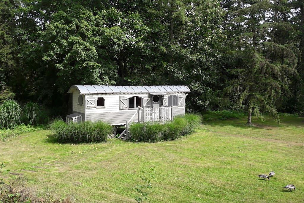 Roulotte avec jardin 500 m de pairi daiza cabanes for Jardin potager a louer 78