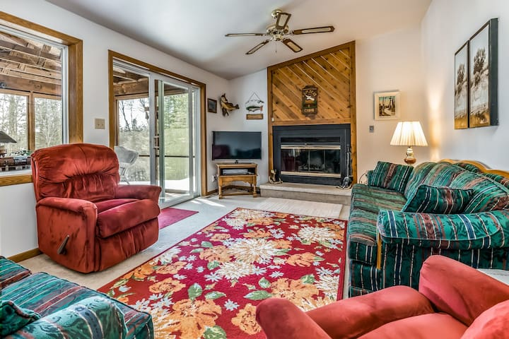 Charming cabin with lake views and wood-burning fireplace - great for fishing!
