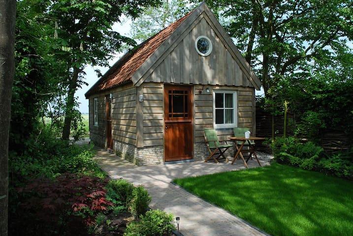 Cottage gezien vanuit de tuin met het grasveldje ervoor.