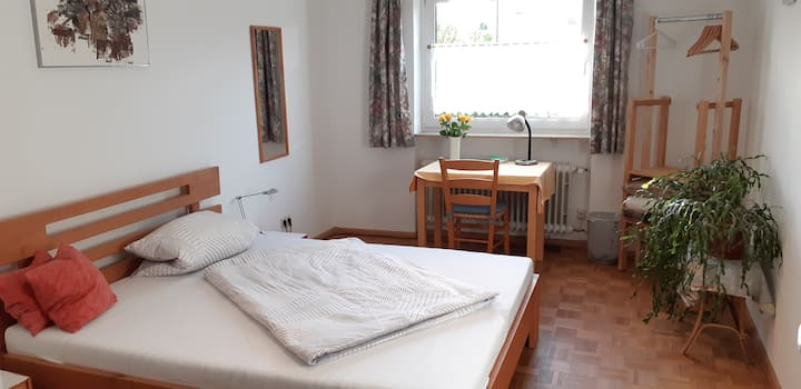 Room (queensize bed) near old town/railway station