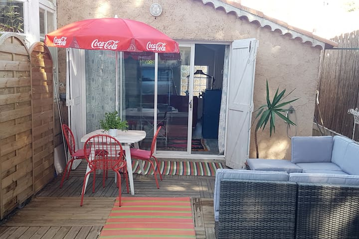 Studio avec terrasse en rez de jardin, proche mer