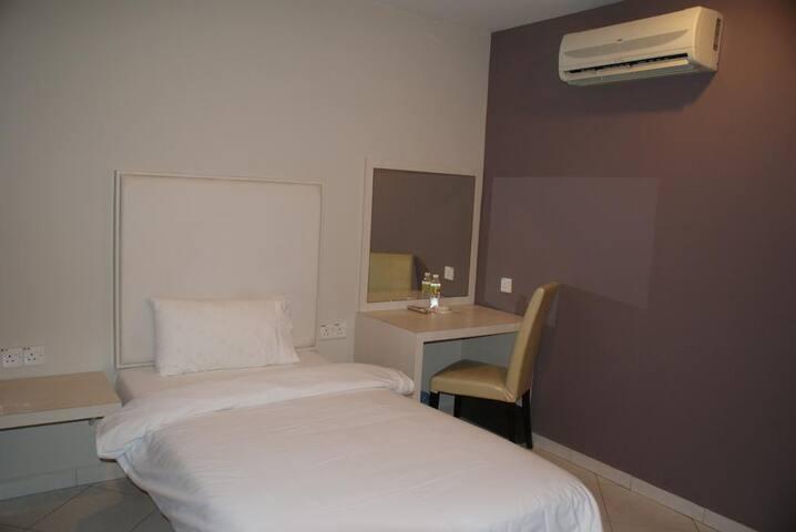 Cozy Super Single Bed Room no. six