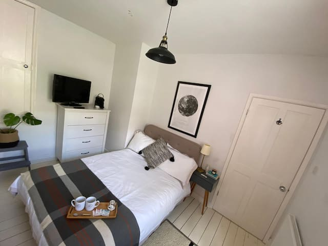Double room in friendly female-only house