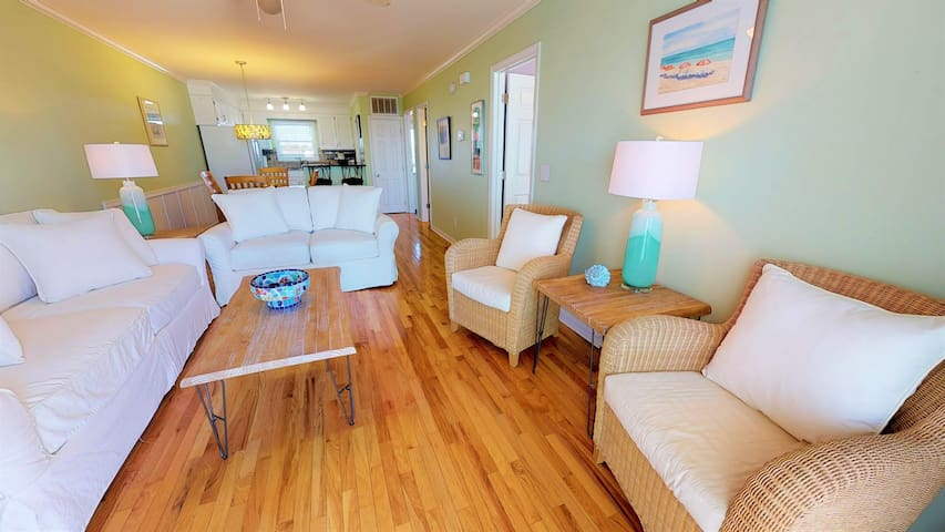 Newly furnished 2bed/2bath, pool and ocean views!