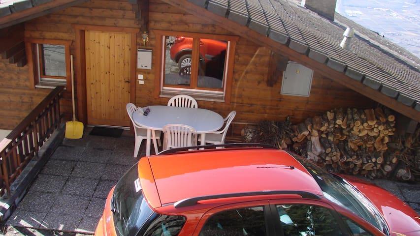 Accessible en voiture. Deux places de parc devant l'entrée.
